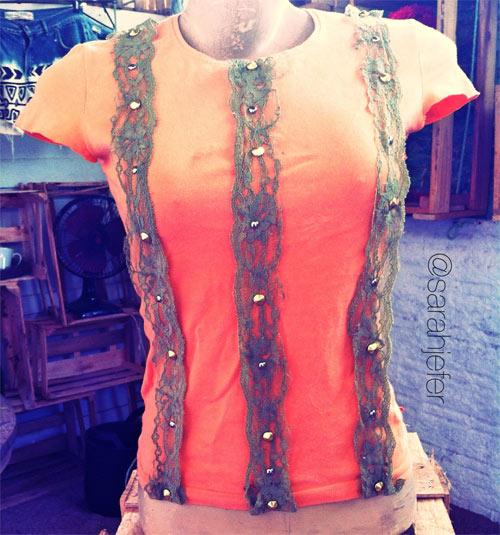 Blusa customizada com renda e spikes
